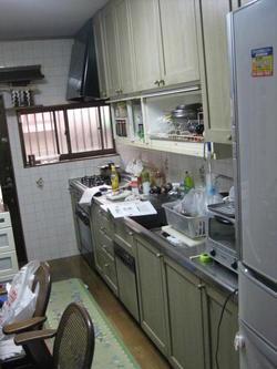 キッチンリフォーム  オートムーブで小物をすっきり収納。